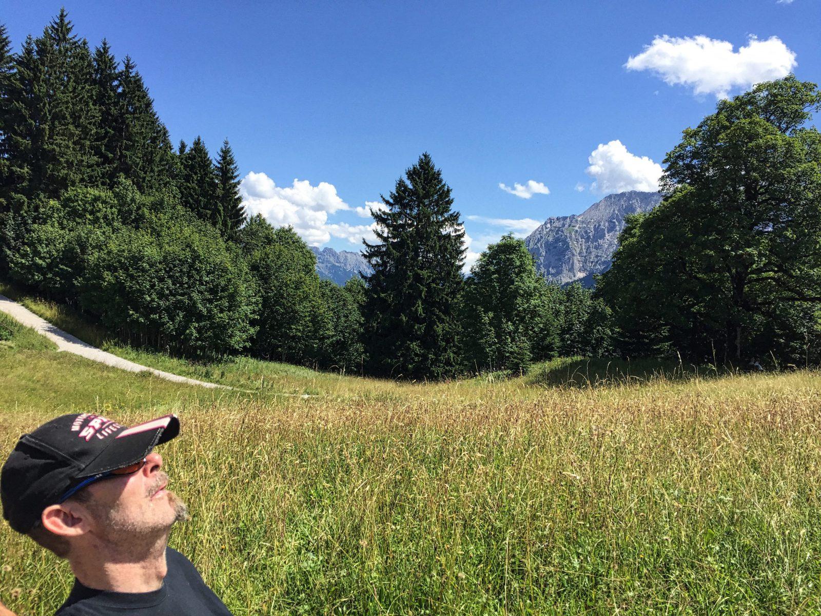 Nach der Gondelfahrt aus der Hölle oben angekommen: Stefan selig in den Bergen um Garmisch.