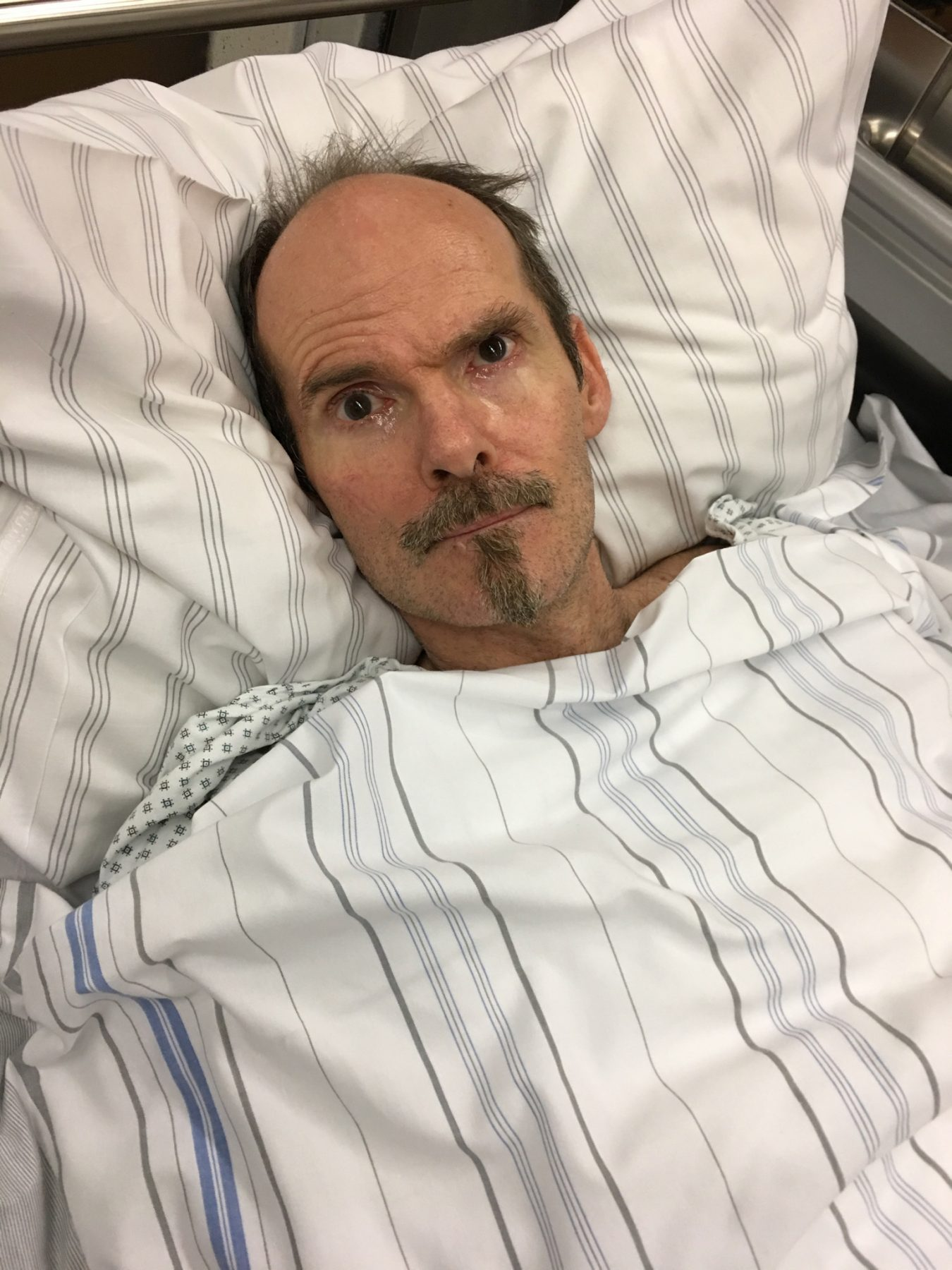 Stefan ängstlich nach einem epileptischen Anfall zuhause und Notarzteinlieferung ins Krankenhaus. Dort in ein Bett gepackt, auf dem Flur geparkt, dann wohl vergessen. Nach Stunden fährt eine völlig entnervte Heike Stefan wieder nach Hause - ununtersucht.