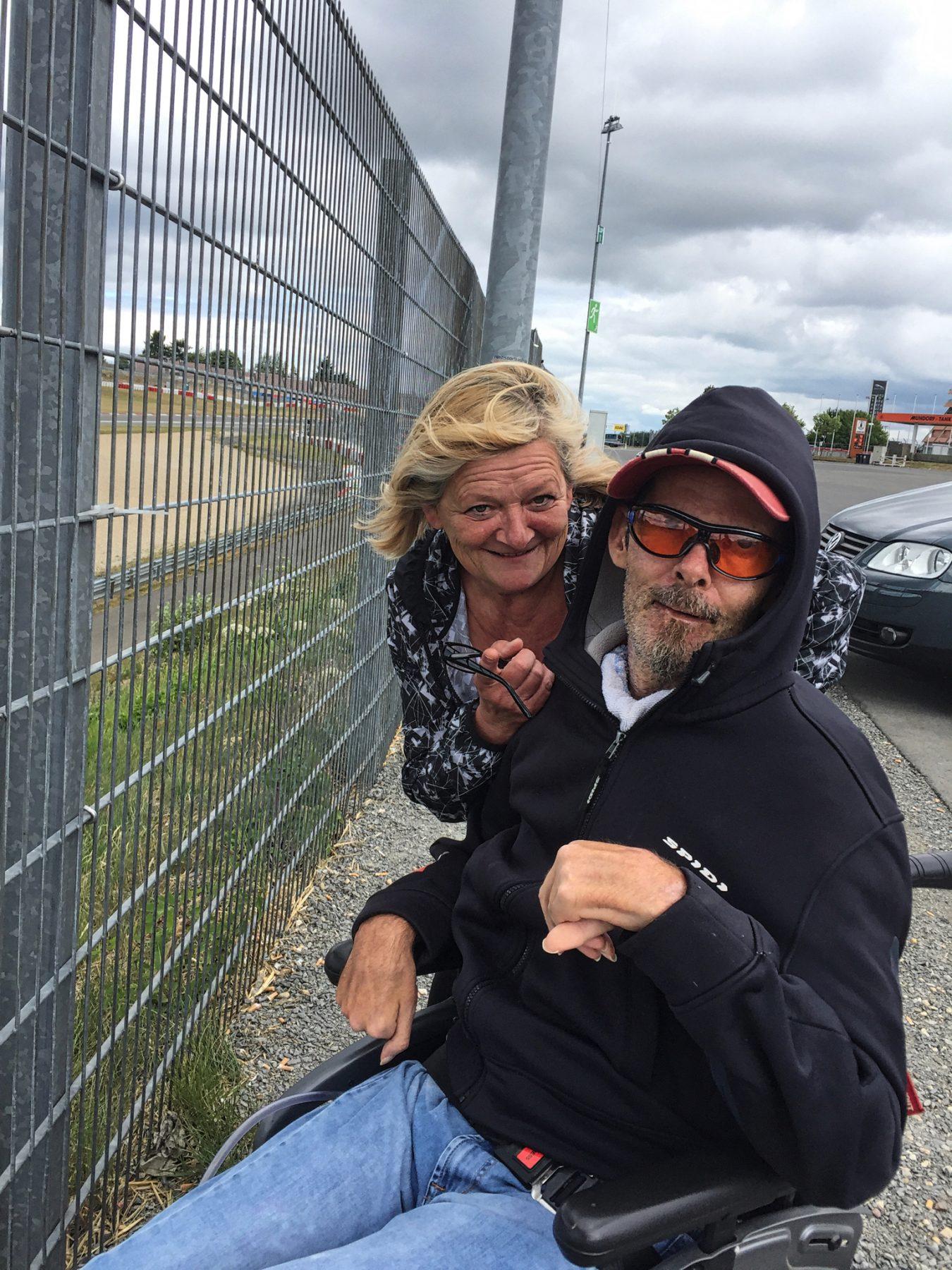 Mit charmanter Chauffeuse: Marios Mama und Stefan schauen dem Rennen zu.