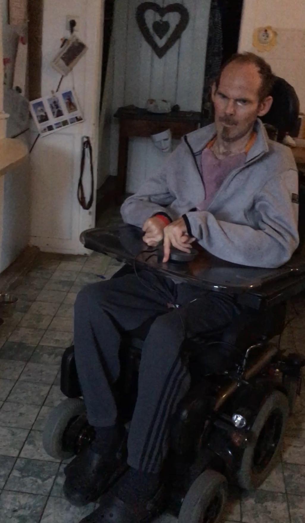 ENDLICH genehmigt: Stefan bekommt den Elektrorolli. Damit ist ein großer Schritt ein selbstbestimmtes Dasein gemacht...