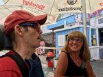Stefan mit Betreuerin Ulla beim Rudelschauen am Rurberger Badesee